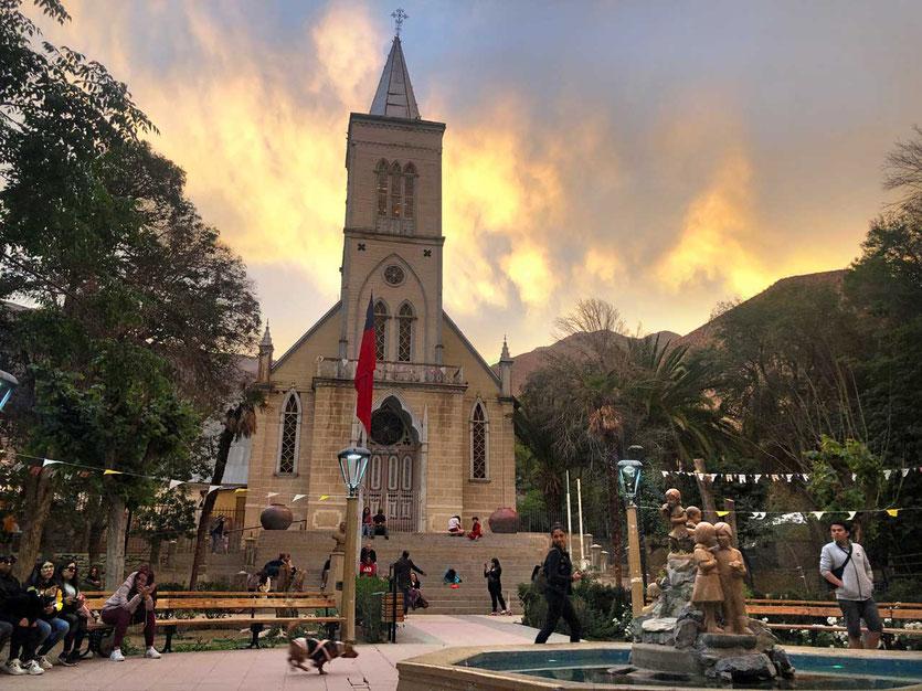 Abends an der Plaza de Armas in Pisco Elqui