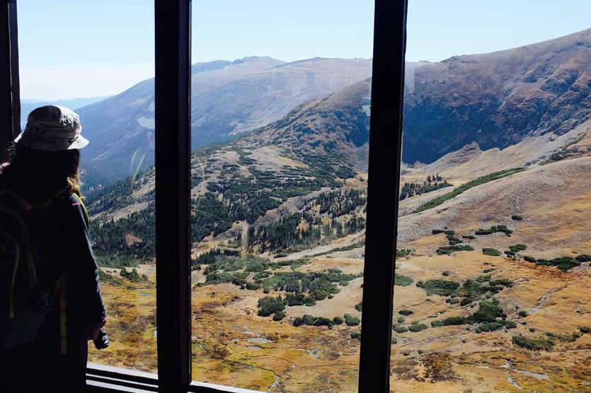 Blick aus dem Fenster im Alpine Visitor Center auf 3.600 m