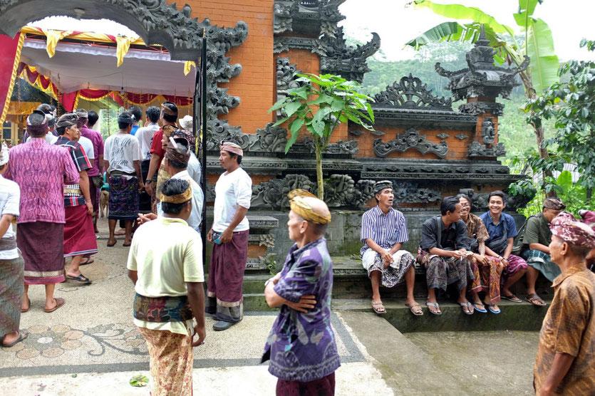 Eines von vielen Festen  in Munduk – zur Hochzeit ist das ganze Dorf geladen