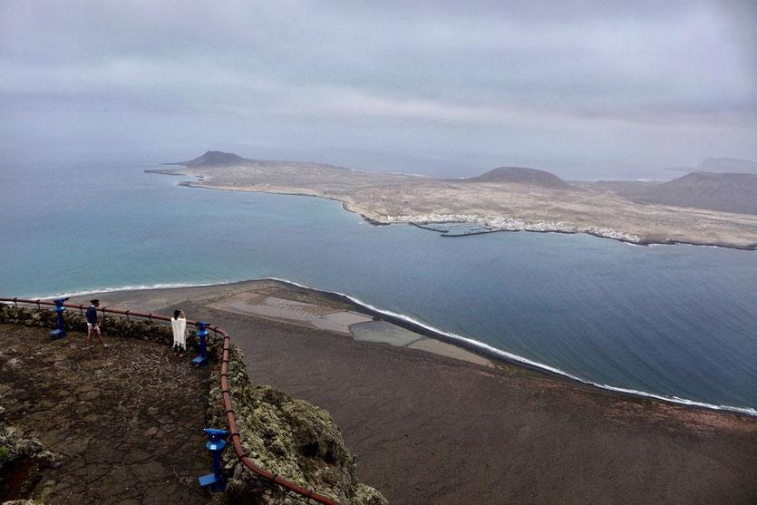 Mirador del Río Blick auf Salinen, Meerenge El Rio Insel La Graciosa