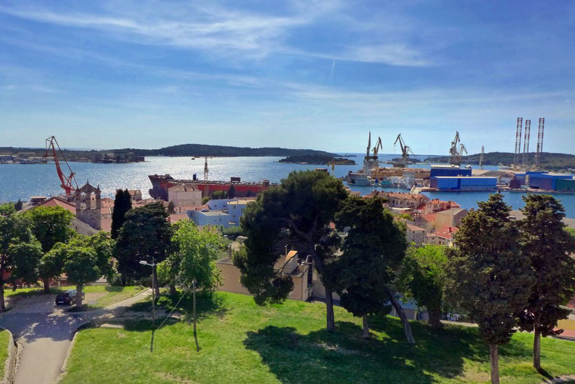 Blick auf Pula vom Kastell über der Altstadt