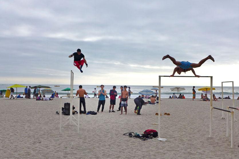 Freestyle Turnen am Strand von Iquique
