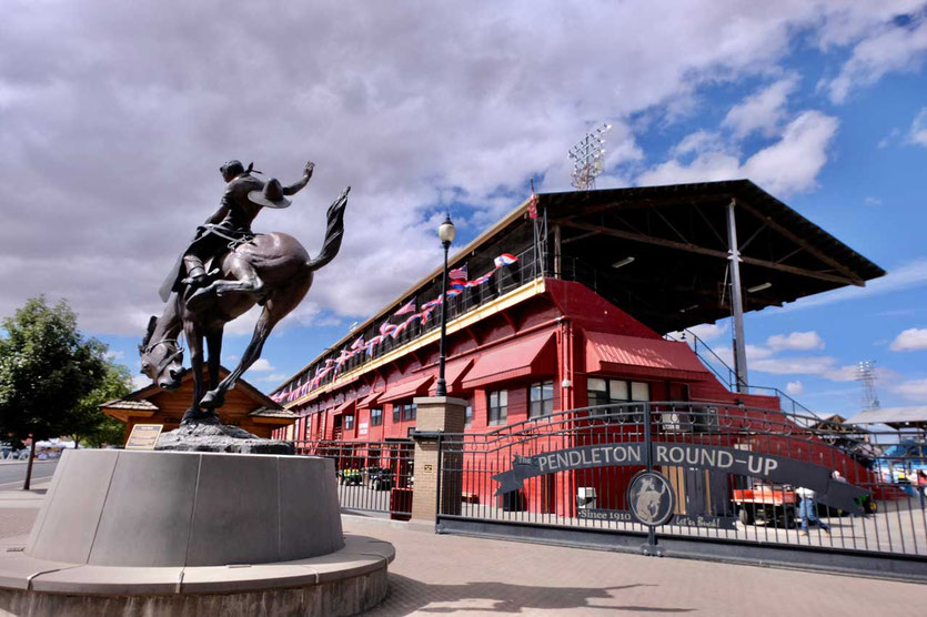 Rodeo Statue und Pendleton Round Up Station Oregon
