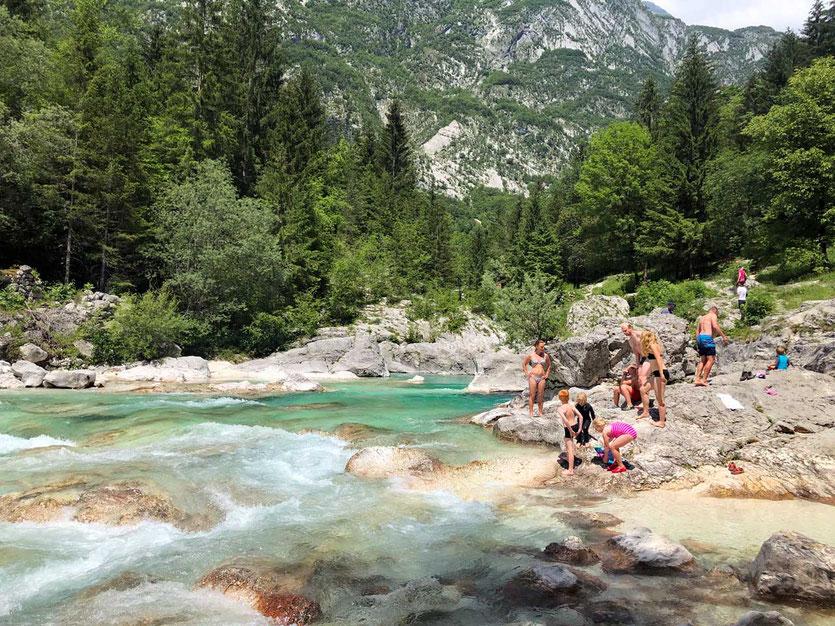 Baden an der Pool an der Großen Soča Schlucht Slowenien
