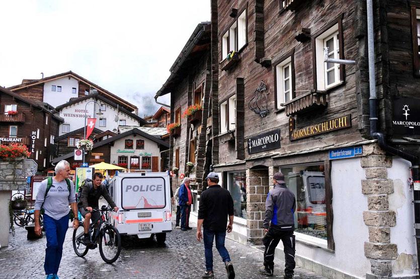 Zermatt Dorf mit Elektroautos