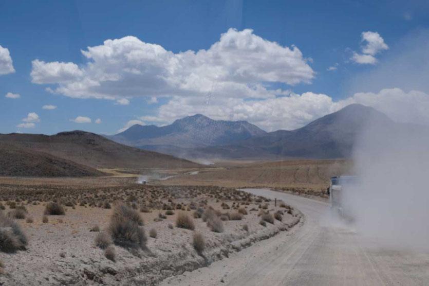 Lastwagen auf dem Weg zum Salar de Surire