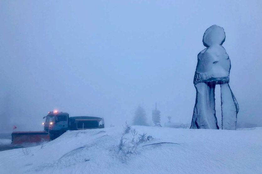 Steinmann Skulptur von Ugo Rondinone in Andermatt