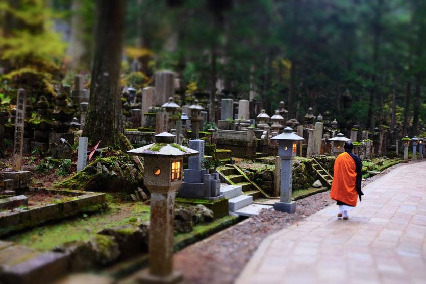 Pilger in Japans mystischem Friedhof Okunoin