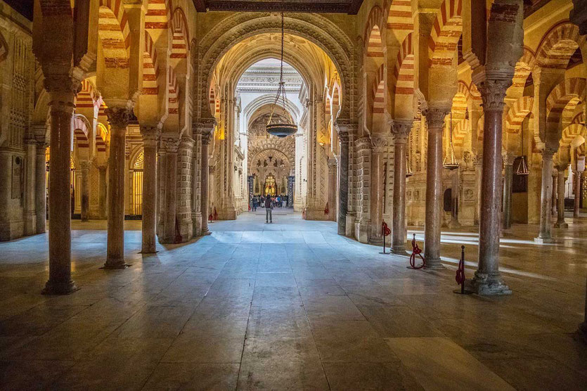 Religionen dreier Imperien unter einem Dach. Römische Säulen, maurische Bögen und die christliche Kathedrale