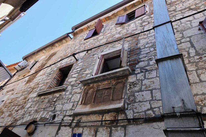 Sarkophag unter der Fensterbank Altstadt Umag