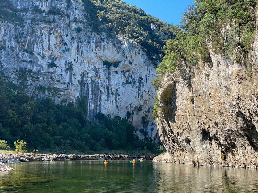 im Kajak die Ardèche Schlucht hinabfahren