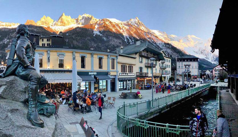 Chamonix Zentrum mit Blick auf das Mont-Blanc-Massiv