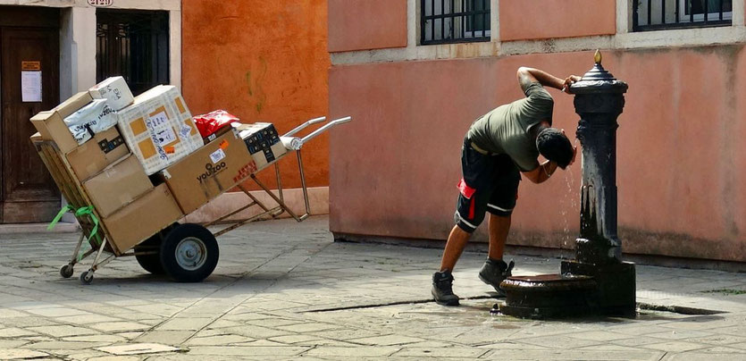 Lieferant im autofreien Venedig