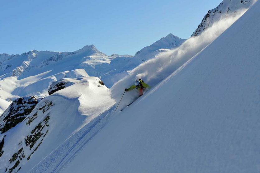 Schweiz Andermatt Tiefschneeskifahren