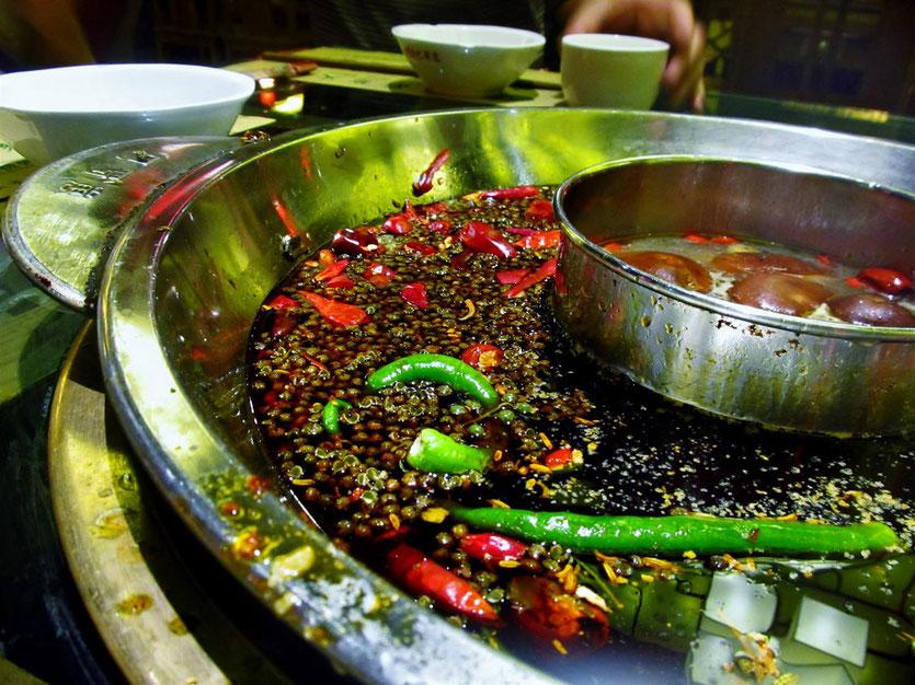 Ein Hot Pot wie ihn der Sichuan Chinese mag, mit Sichuanpfefferkörner und viel Chilliöl