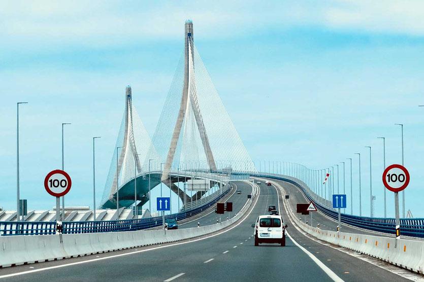 Nur ein schmaler Landstreifen und die moderne Brücke verbinden Cádiz mit dem Festland