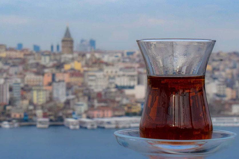 Tee auf der Bosporus-Fähre