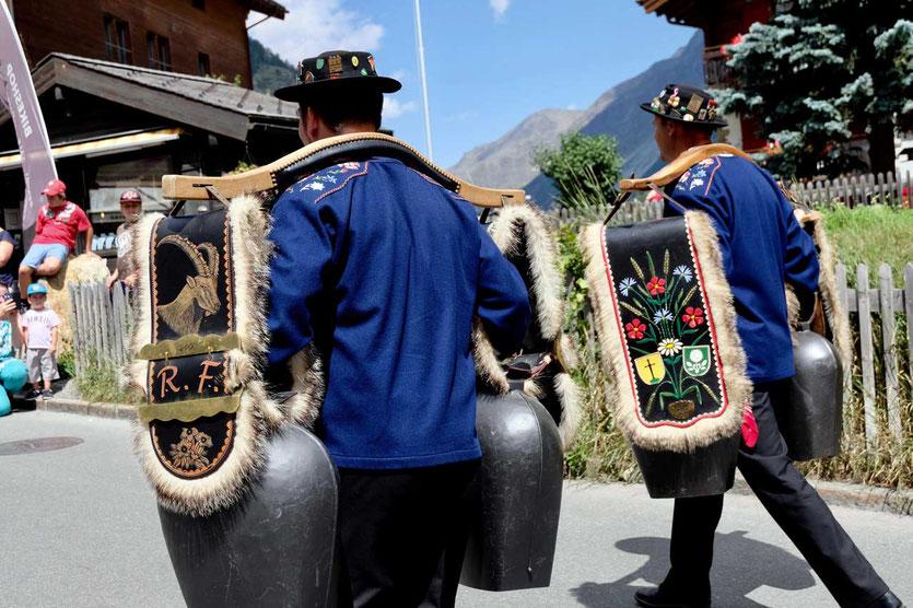 Alpine Glöckner beim Folkloreumzug Zermatt AUgust