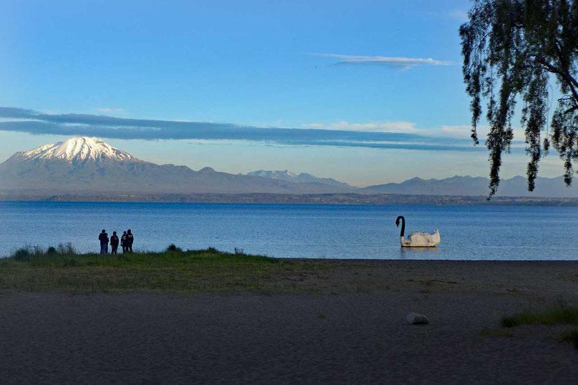 Auch vom Strand in Llanquihue geht der Blick zu den Vulkanen Calbuco und Orsono