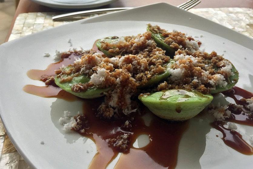 Indonesisches Frühstück: Leckere Lak lak Reisküchlein mit frischem Kokos und flüssigem Palmzucker