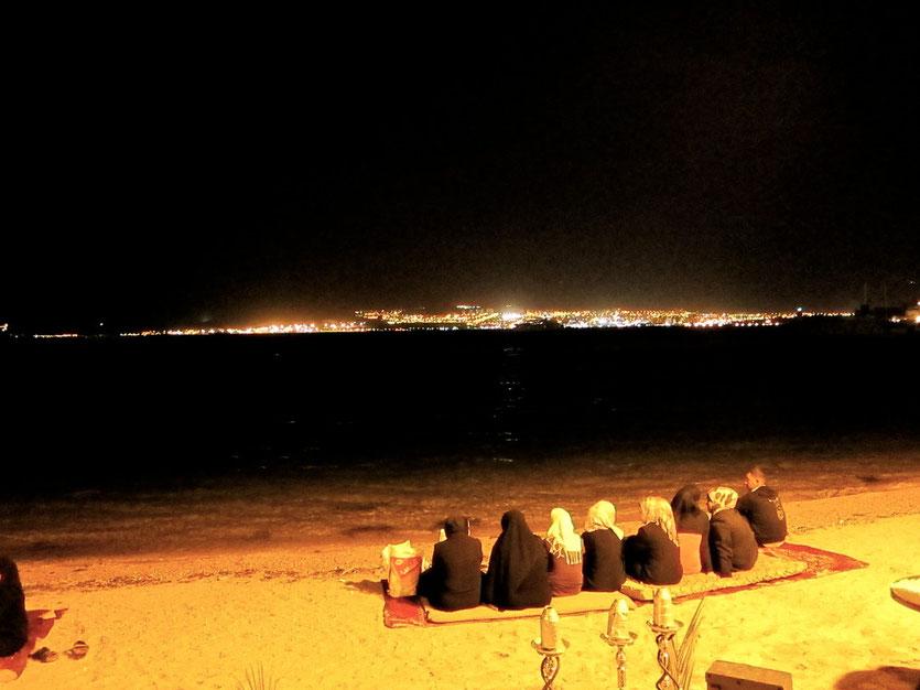 Stadtstrand in Aqaba mit Blick nach Israel den Badeort Eilat
