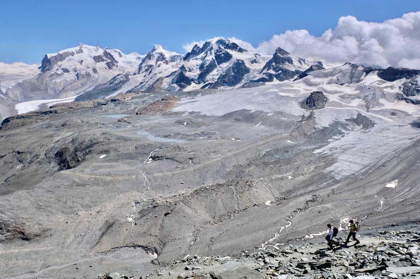 Wanderer und Blick vom Hörnliweg Zermatt