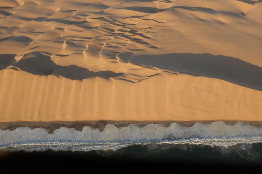 """Lange Wand"" ins Meer stürzende Dünen, Namibia"