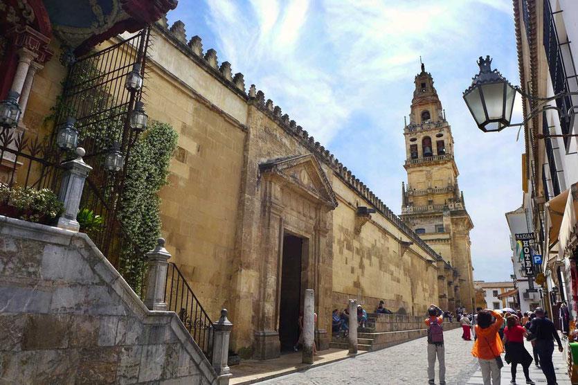 Der Glockenturm, das frühere Minarett, leitet Besucher sicher zu den heiligen Mauern der Mezquita