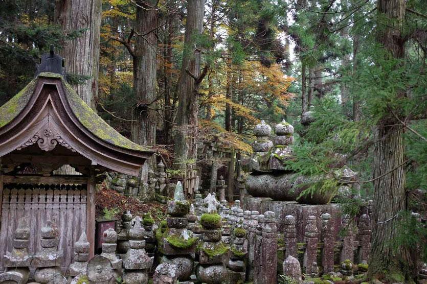 Okunoin Besuch Friedhof Weg Mausoleum Kobo Daishi buddhistische Tempel Koyasan Japan
