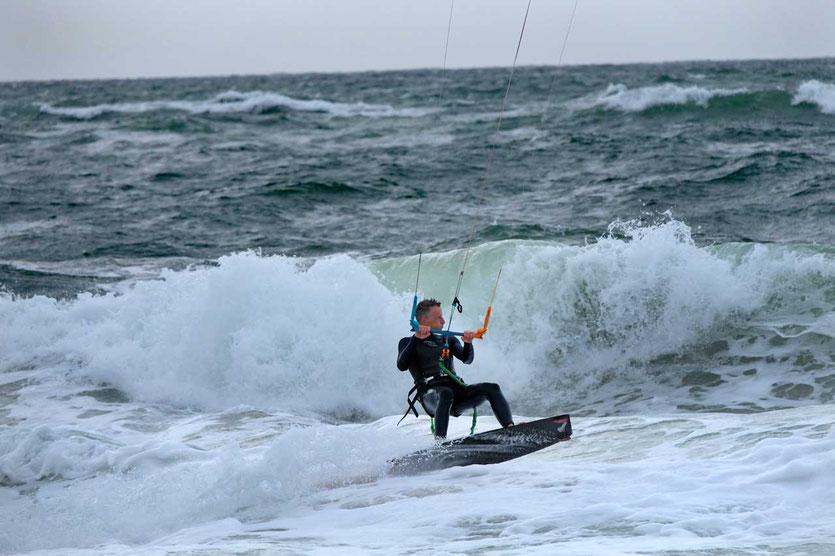 Kitesurfer reitet die Wellen Mittagswinde Sylt