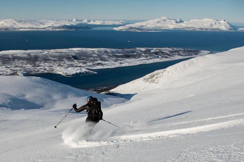 Skiabfahrt mit Ausblick – Foto: Stefan Brunner