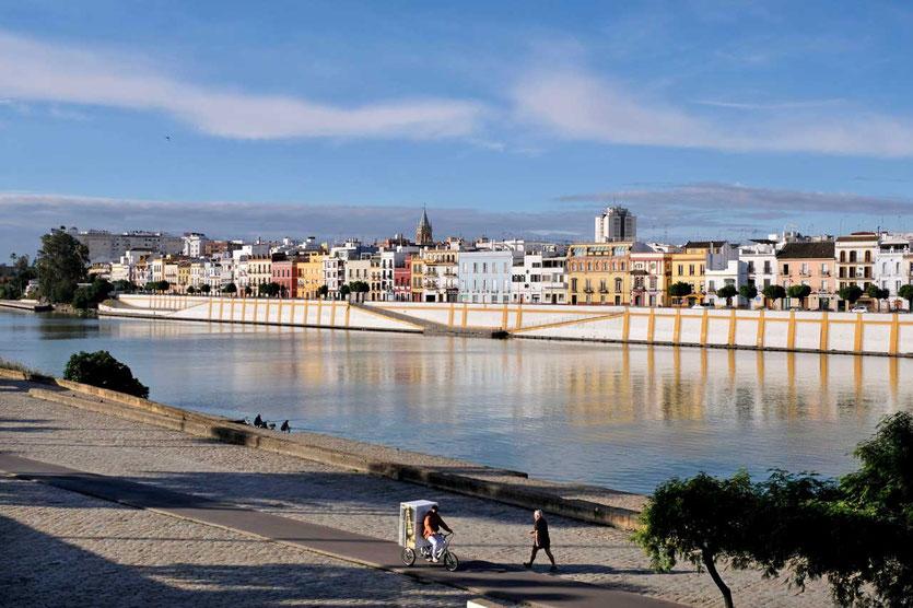 Blick über den Guadalquivir aufs Stadtviertel Triana Sevilla