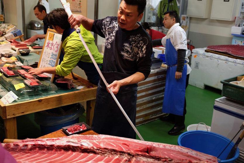 Thunfisch Zerlegung auf dem Tsukiji Fischmarkt Tokio