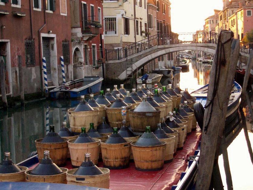 Weinlieferboot am Venedig Kanal
