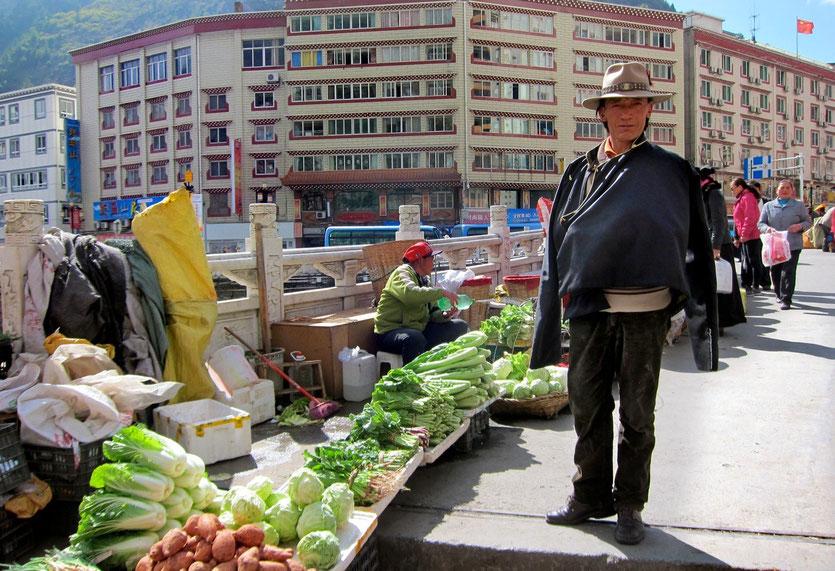 Kangding market, tibetan cowboy