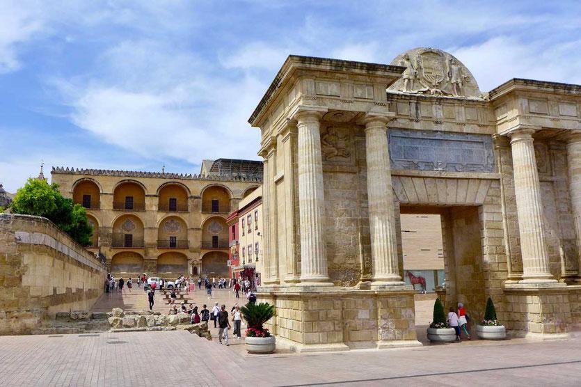 Córdobas Triumphbogen Puerta del Punte liegt zwischen Mezquita und Römerbrücke