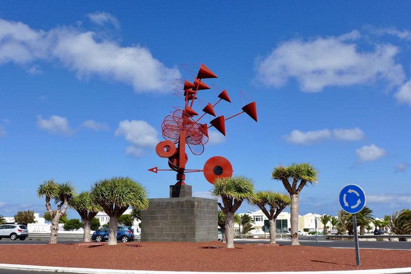 rotes Windspiel von César Manrique am Kreisel von Arrieta Lanzarote
