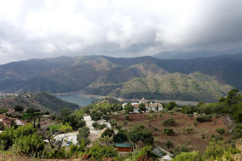 Blick vom Olivenberg über den Landsitz und Stausee des Río Verde