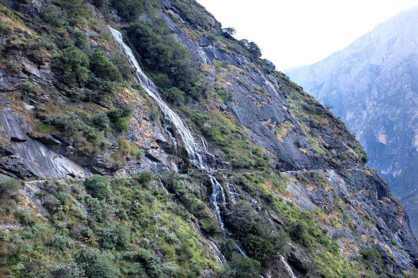 Trail Tiger Leaping Gorge waterfall, Tigersprungschlucht Wanderung