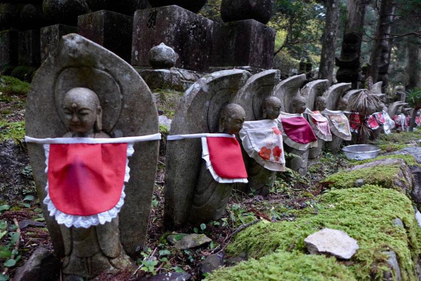 Jizo Figuren mit Kinderlätzchen Friedhof Okunoin Koyasan