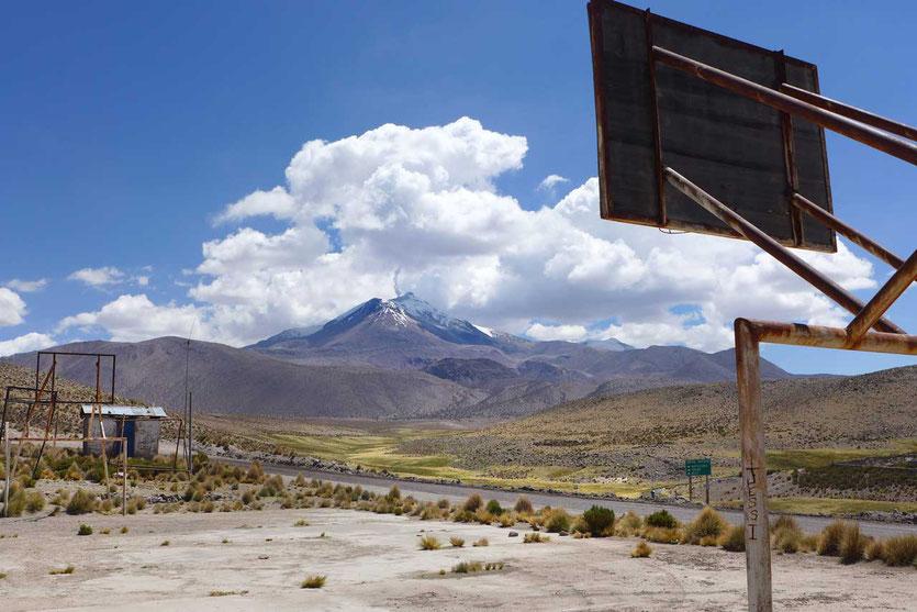 Dorf Guallatiri mit Vulkan