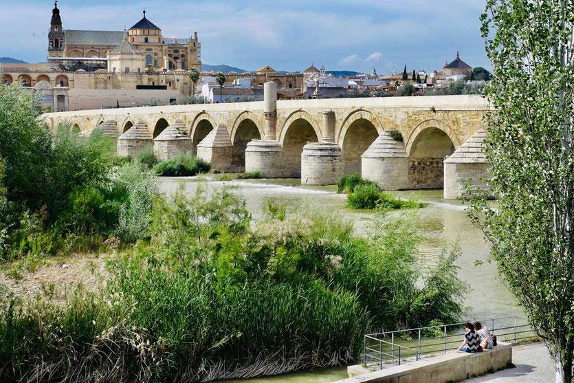 Auf einen Blick: die römische Brücke, die maurische Moschee und obenauf die Kathedrale