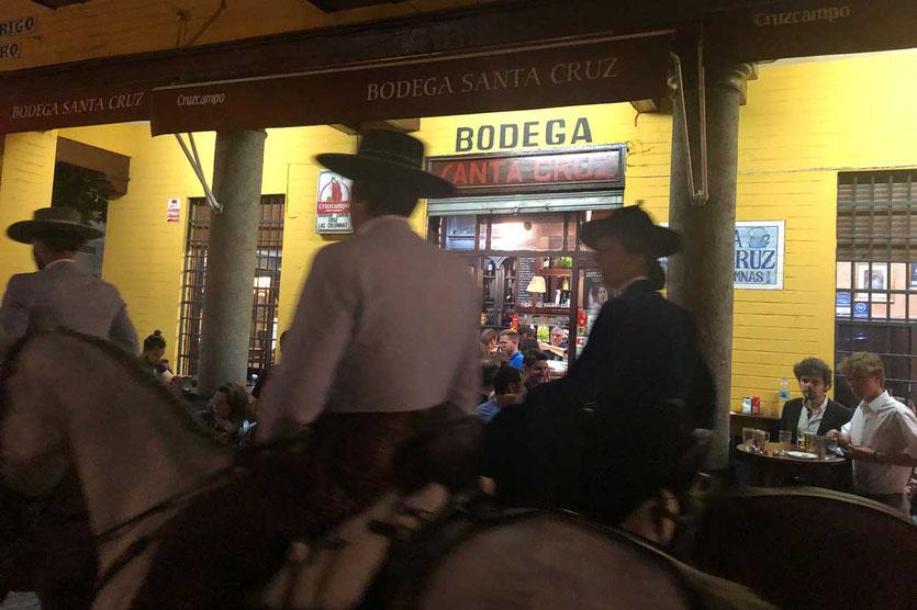 Reiter Feria de Abril vor Bodega Santa Cruz Sevilla