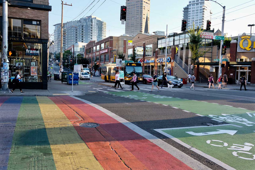 Regenbogen Fußgängerweg im Szeneviertel Capital Hill Seattle