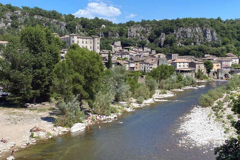 Dorf und Chateau Vogüé an der Ardèche