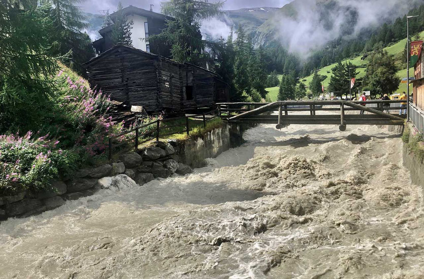 Fluss Die wilde Matter fließt durch Zermatt