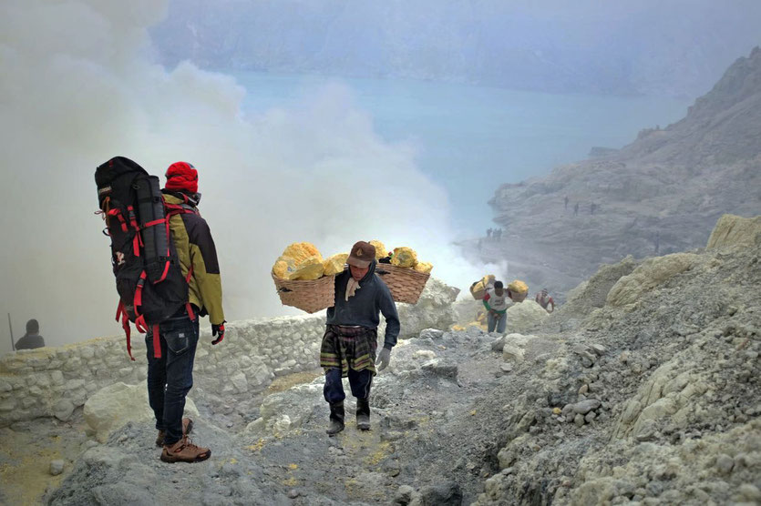 ijen vulkan tour schwefelabbau blaue Feuer Java