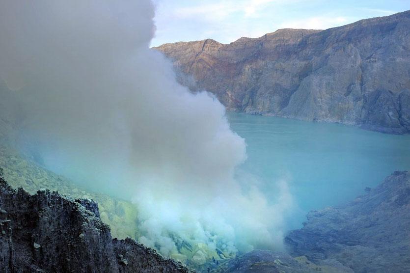 ijen schwefelsee vulkan tour wanderung blaue Feuer Java