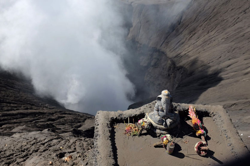 Unbedingt auf den Bromo Kraterrand: Der Zorn des vulkanischen Gottes wird mit Opfergaben beschwichtigt