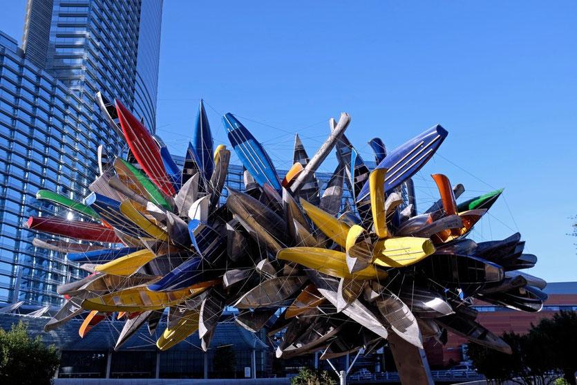 Nancy Rubins Skulptur aus 200 Canoes am Vdara Eingang